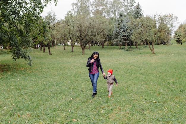幸せな若い母と公園で彼女の娘