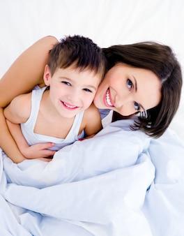 幸せな若い母親と彼女のかわいい息子