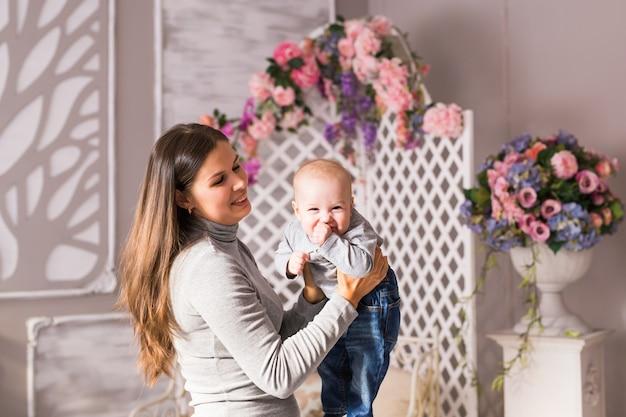 행복 한 젊은 어머니와 그녀의 달콤한 아기.