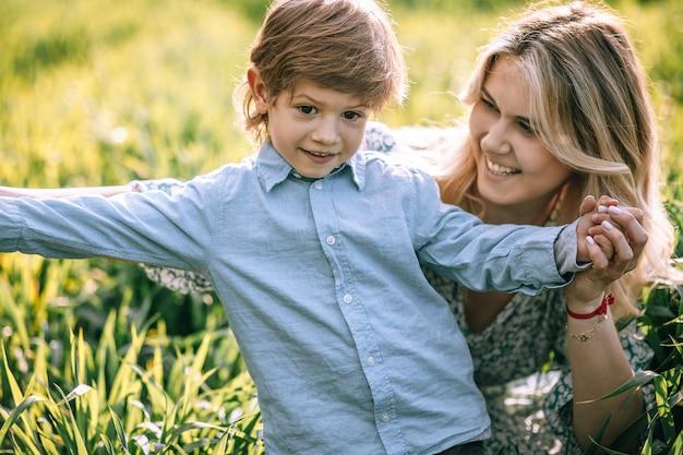 행복한 젊은 어머니는 3살 된 아들을 사랑스럽게 바라보고 클로즈업 초상화