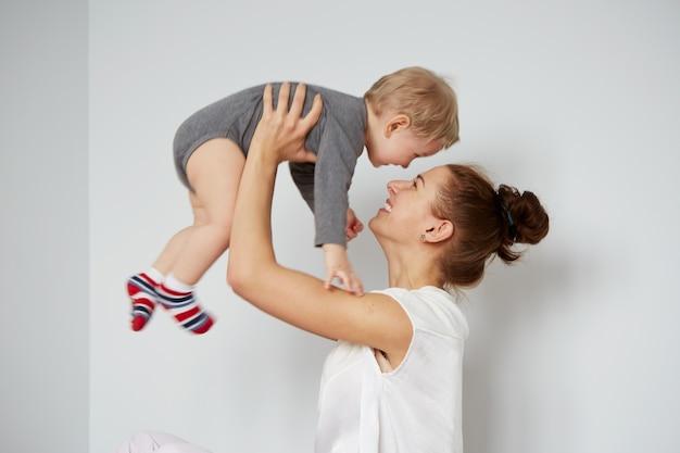 Счастливая молодая мать с маленьким сыном дома