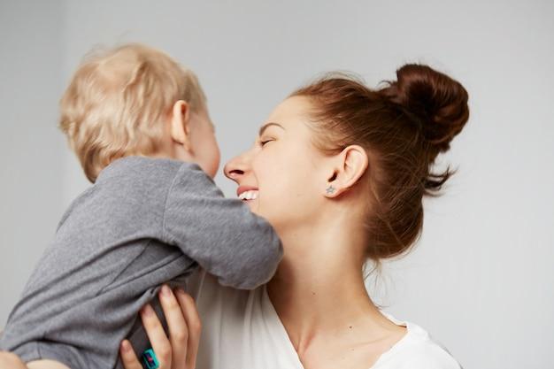 Felice giovane madre con il piccolo figlio a casa