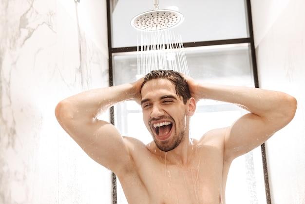 Счастливый молодой голый мужчина