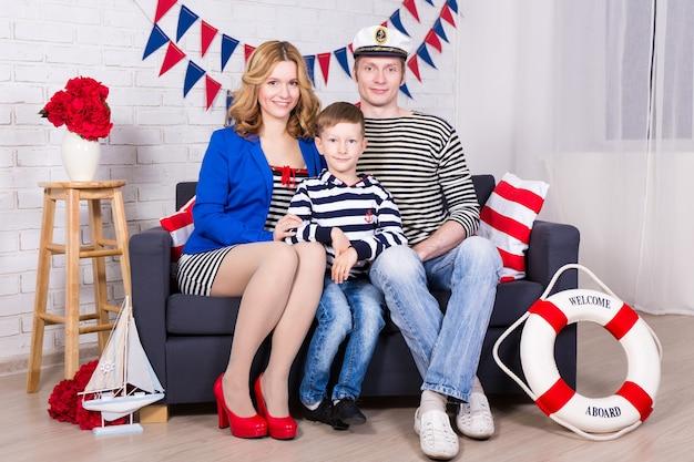 집에서 장식된 거실에서 행복한 젊은 부모와 어린 아들