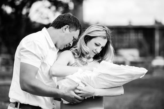 갓 태어난 아기와 함께 행복 한 젊은 부모