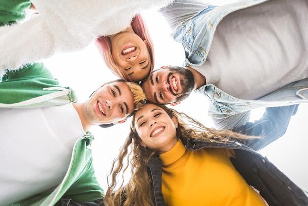 야외에서 회의 행복 젊은 사람들. 재미 쾌활 한 청소년의 그룹