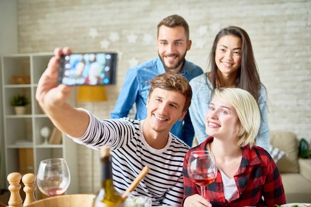 Selfieのポーズをとって幸せな若者