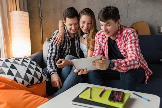 태블릿을 사용하는 행복한 젊은이, 학습, 재미, 집에서 친구 파티, 힙 스터 회사 함께, 두 남자 한 여자, 웃고, 긍정적 인, 온라인 교육