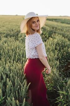 행복 한 젊은 임산부 자연에서 여름 저녁에 산책. 임신 관리. 아름다움과 건강. 행복과 평온. 건강한 생활. 임산부를 위한 제품.네이처.