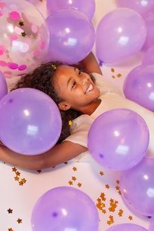 お祝いパーティーで幸せな若いかわいい女の子