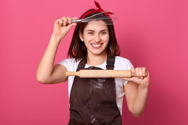 핑크 위에 단단히 고립 된 포즈 행복 젊은 전문 요리사
