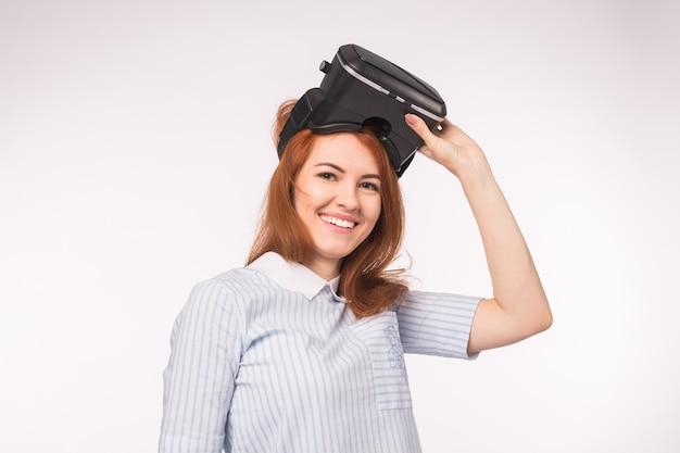 가상 현실 헤드셋을 사용하여 행복 한 젊은 나가서는 여자