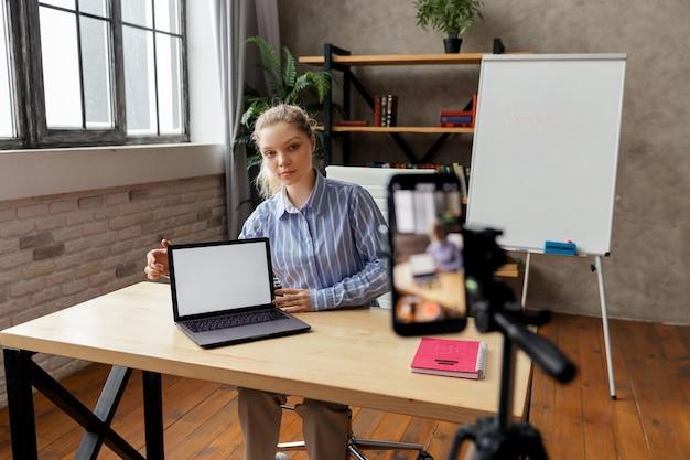 교육 튜토리얼을 촬영하거나 전문 기술을 공유하는 행복 젊은 스마트 사업가. 여자에 중점을 둡니다. 고품질 사진