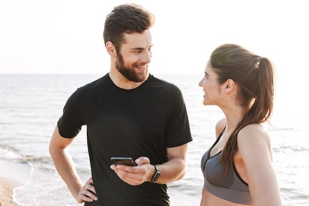 幸せな若いスポーツカップルの話