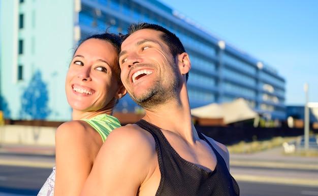 ロマンチックな瞬間を共有する幸せな若いスポーティなカップル