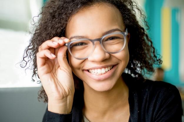 Счастливый молодой студент или предприниматель в очках