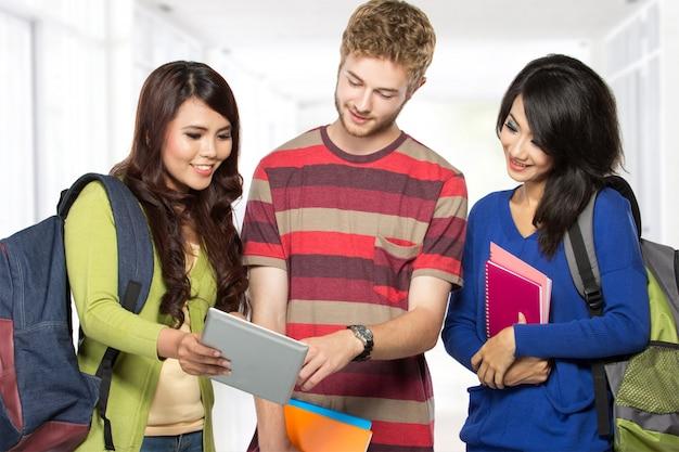 幸せな若い10代の学生