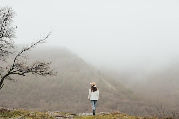 행복 한 젊은 여행자 여자는 산에서 휴식입니다. 소녀는 침착하고 행복합니다.