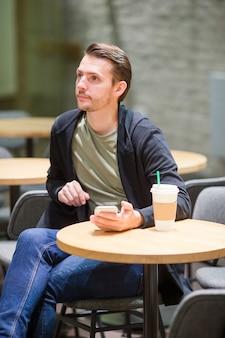유럽 도시 야외에서 커피를 마시는 행복 한 젊은 도시 사람