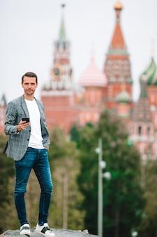 유럽 도시에서 행복 한 젊은 도시 남자