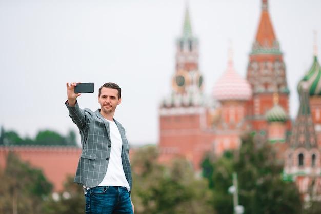 Счастливый молодой городской человек в европейском городе