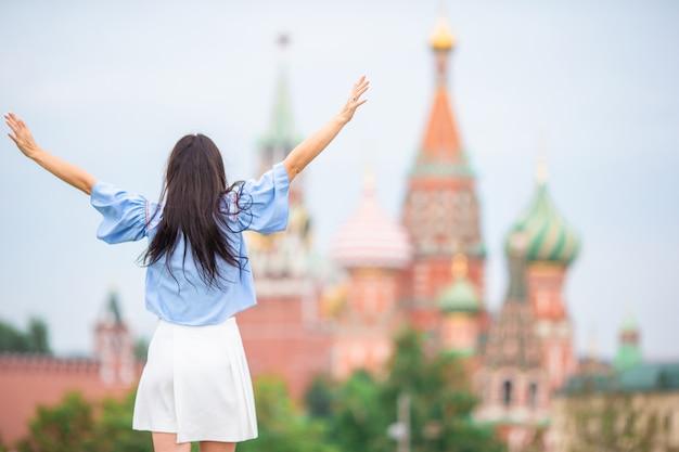 ヨーロッパの都市で幸せな若い都市の女性。