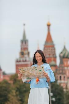 유럽 도시에서 행복 한 젊은 도시 여자