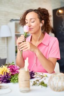 꽃을 준비하는 행복 한 젊은 여자