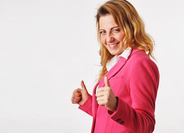 승리를 축 하하는 행복 한 젊은 여자