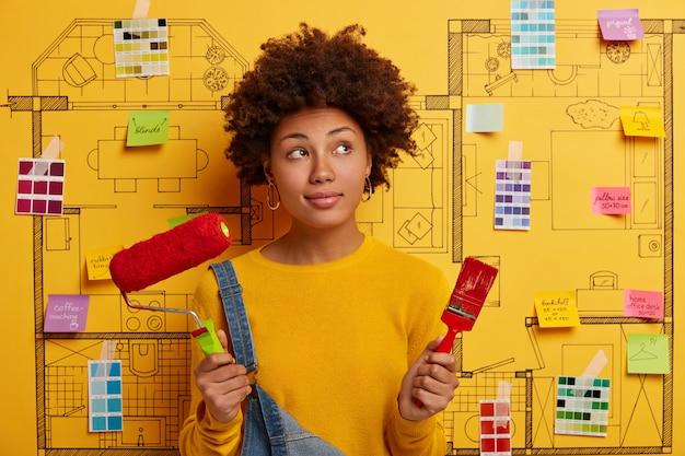 Счастливая молодая женщина-дизайнер, планирующая ремонт современной квартиры