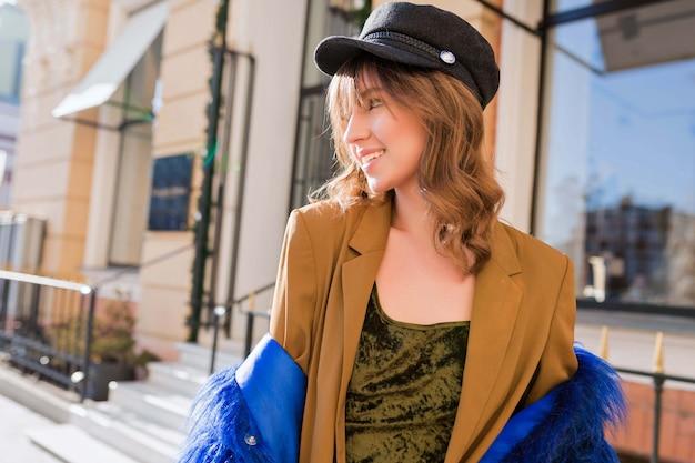 街の外で彼女の時間を楽しんで幸せな若い女性