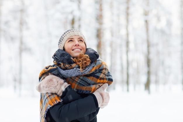 Счастливая молодая женщина, наслаждаясь зимой