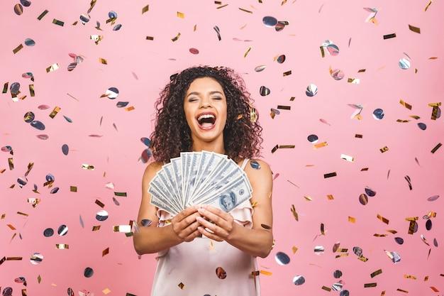 ドル通貨を保持している幸せな若い女性
