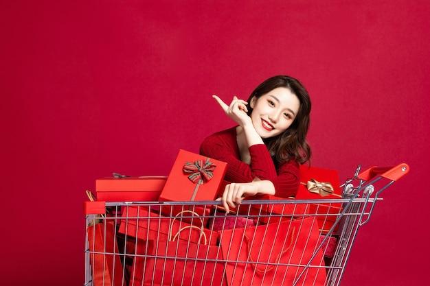 ショッピングバッグを持って幸せな若い女性