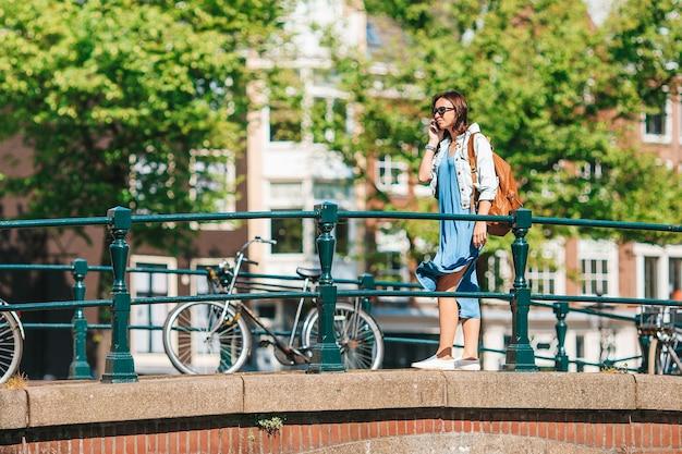 ヨーロッパの都市で幸せな若い女性