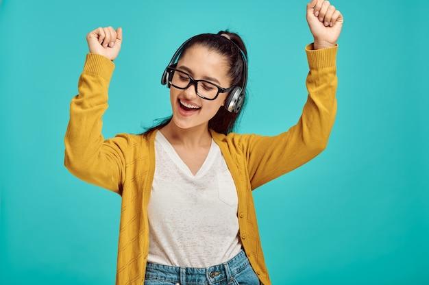 헤드폰, 파란색 벽, 감정에 행복 한 젊은 여자