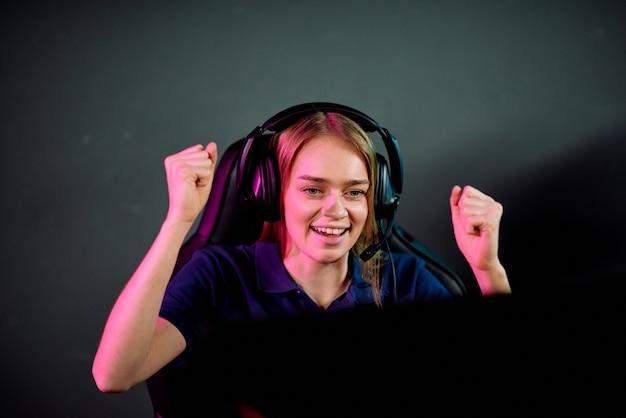 Счастливая молодая женщина в наушниках делает жест