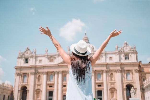 バチカン市国とサンピエトロ大聖堂教会、ローマ、イタリアで幸せな若い女。