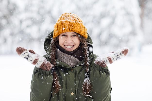 Счастливая молодая женщина зимой