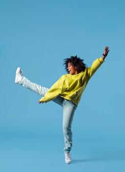 점프하는 행복 한 젊은 여자
