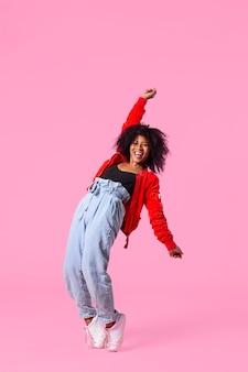 幸せな若い女性のジャンプ
