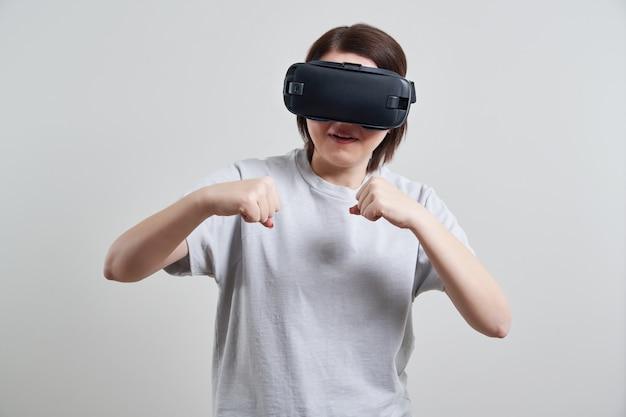 屋内vrメガネで遊んで幸せな若い女、ヘッドセットゴーグルを楽しんでいる若い女の子と仮想現実の概念