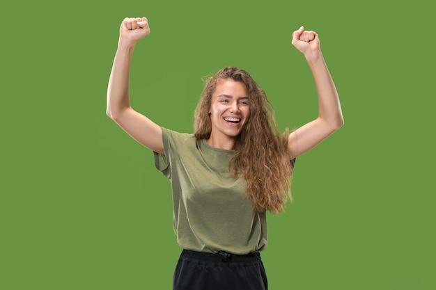 Счастливая молодая женщина, поднимающая руки для празднования