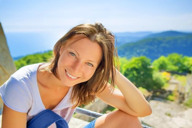 행복 한 젊은 여자 웃는 여행 휴가