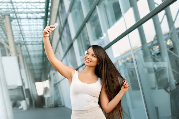 セルフィーを取る幸せな若い女性