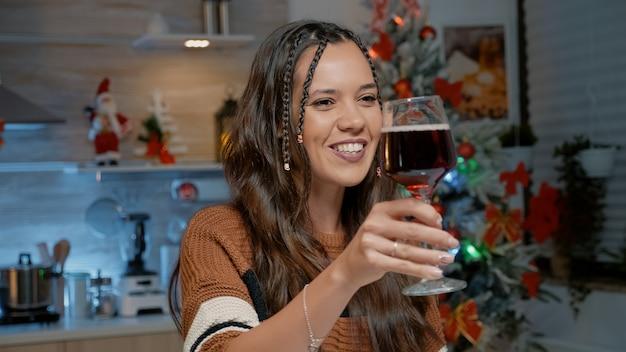 Счастливая молодая женщина разговаривает по видеозвонку дома