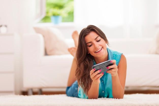 Messaggi di testo della giovane donna felice a casa