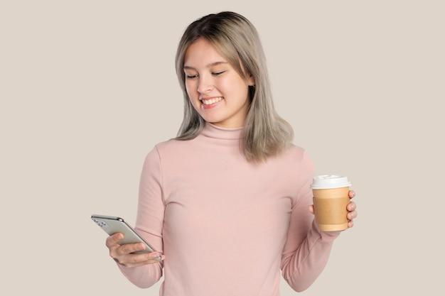 スマートフォンを使用して幸せな若い女性
