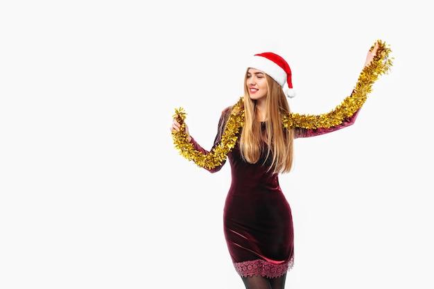 Счастливая молодая женщина в платье и шляпе санта