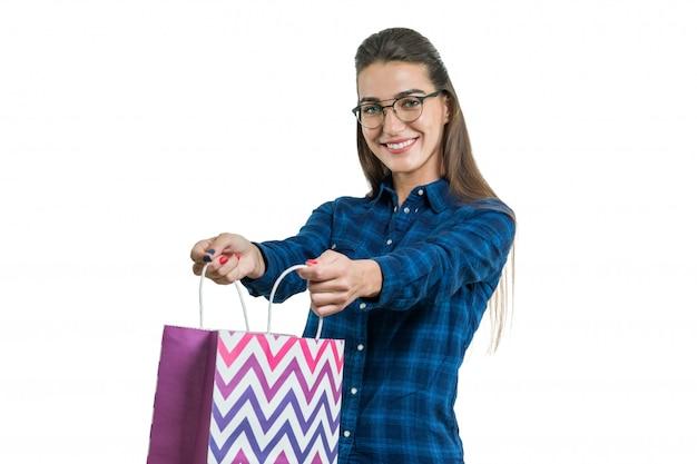 흰색에 고립 된 쇼핑백과 함께 행복 한 젊은 여자